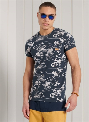 AOP Pocket T-Shirt fra Superdry i farven Moon Mount